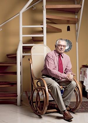 DESCONFIANÇA O professor José Álvaro Moisés, em seu apartamento, em São Paulo. Para ele, o segundo governo Dilma vive um ocaso prematuro  (Foto: Camila Fontana/ÉPOCA)