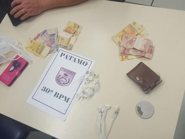 Drogas foram encontradas com os suspeitos (Foto: Divulgação/Polícia Militar)