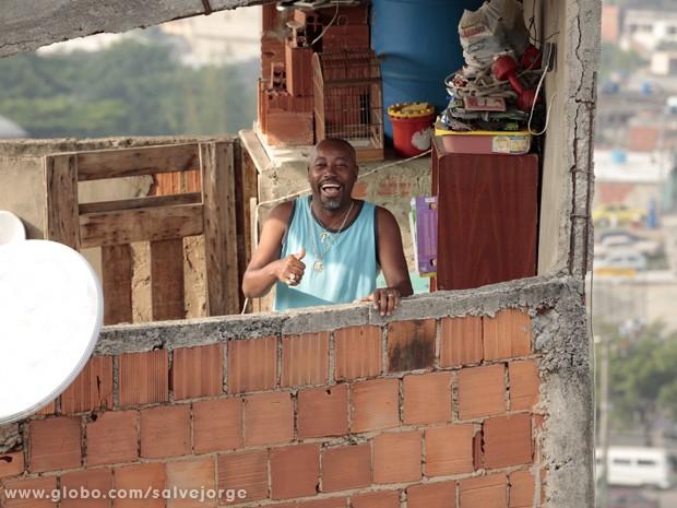 Nando é só sorrisos no set (Foto: Salve Jorge/TV Globo)