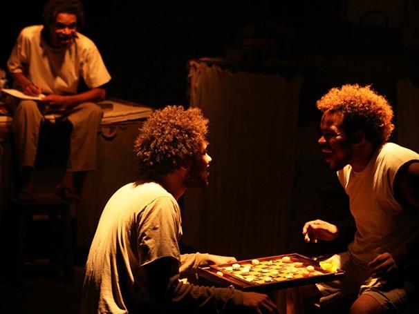 "Cena de ""ô Lili"", espetáculo de 2011 da Cia Marginal (Foto: Renato Mangolin)"