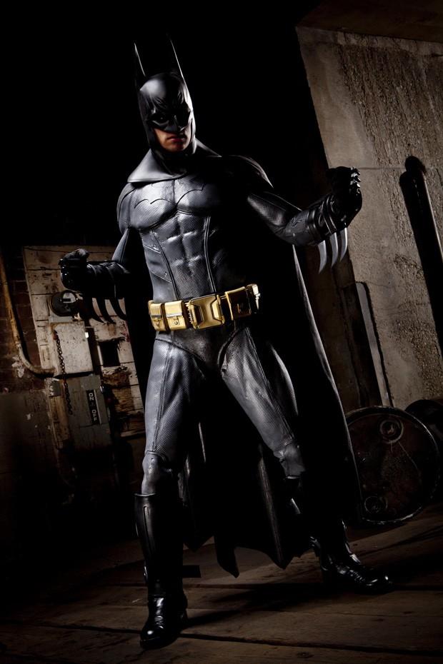 'Batman pornô' posa para foto. Produções contam fantasias fidedignas e efeitos especiais profissionais (Foto: Vivid Entertainment Group/AP)