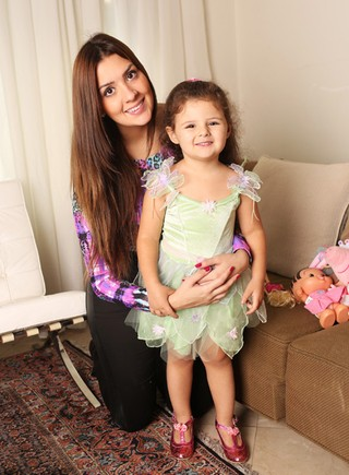 Tamires Peloso e a filha (Foto: Iwi Onodera / EGO)