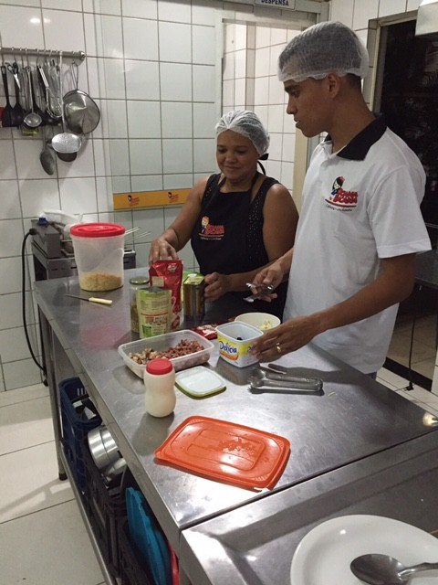 Wendell Lira trabalhando com a mãe (Foto: Jefferson Rodrigues)