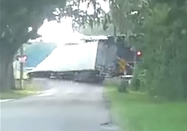 Caminhão não conseguiu atravessar trilhos e foi atingido em cheio por trem nos EUA (Foto: Reprodução/YouTube/In The N)