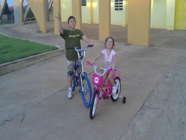 Alejandro e a irmã andando de bicicleta antes da doença (Foto: Arquivo pessoal)