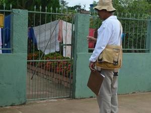Um dos objetivos é visitar todas as residências de Cacoal para acabar com os locais de reprodução do mosquito.  (Foto: Rogério Aderbal/G1)