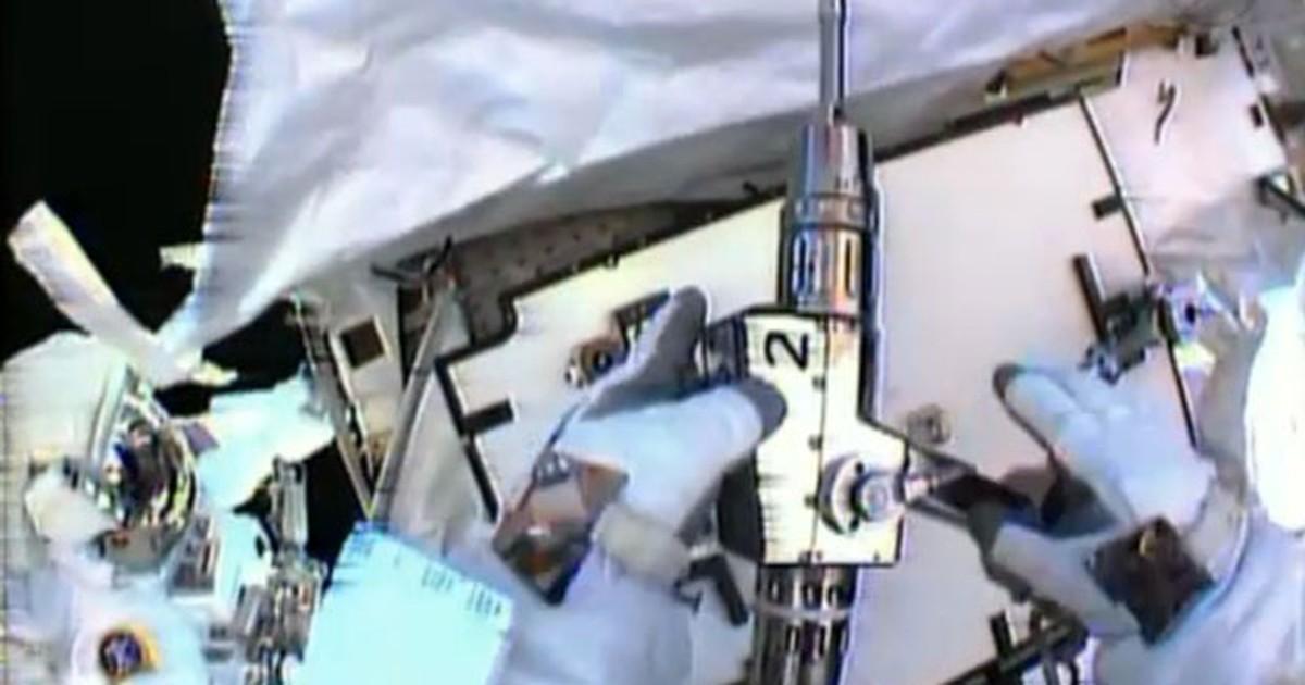 Astronautas caminham no espaço para consertar Estação Espacial