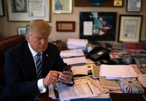 O presidente norte-americano Donald Trump usa ceu celular durante campanha (Foto: Arquivo/Reuters)