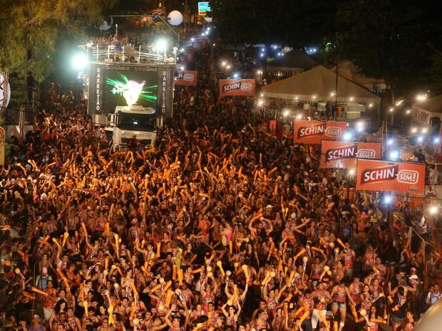 Ivete Sangalo entra na avenida do Pré-Caju 2014 e leva o público a loucura (Foto: Fernando Correa/G1)