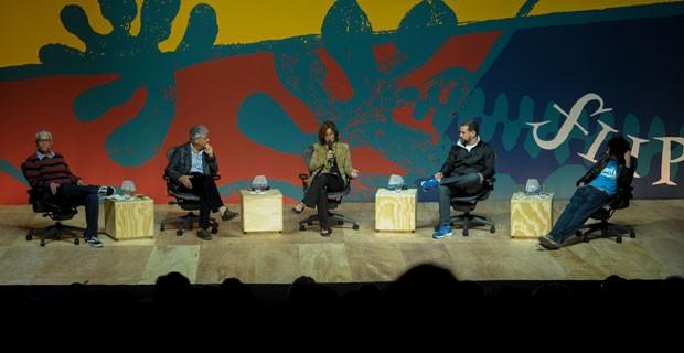Da esq. para dir., o poeta Fabiano Calixto, o jornalista espanhol Juan Arias, a mediadora Cristiane Costa, o escritor e diretor teatral Marcos Vinicius Faustini, e o ativista cultural Pablo Capilé (Foto: Flavio Moraes/G1)
