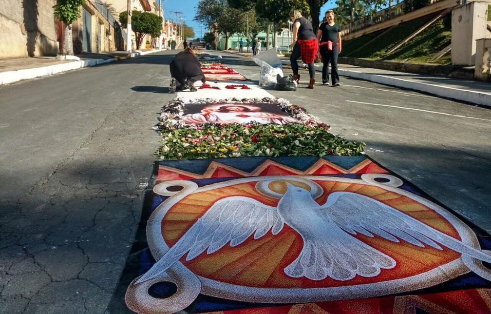 Mantas em tricô colorem ruas de Jacutinga no feriado de Corpus Christi  (Foto: Samira Guidi/Divulgação)