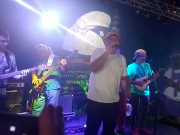 Irmãos Macedo cantavam na festa quando rojões foram jogados no terreiro de umbanda, bahia (Foto: Reprodução/ TV Bahia)