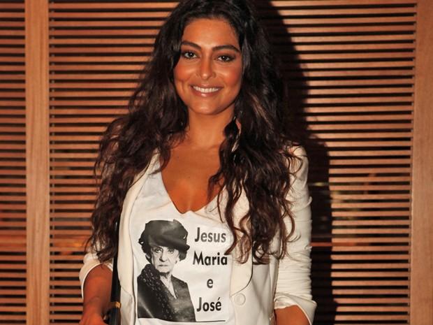 Ju Paes homenageia personagem de Laura Cardoso com camiseta (Foto: Gabriela / TV Globo)