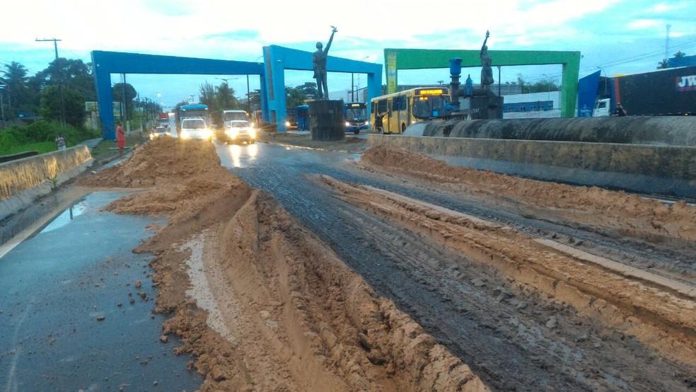 Barro colocado na pista dificultou passagem de veículos ena BR-101, entre Abreu e LIma e Igarassu (Foto: Everaldo Silva/ TV Globo)