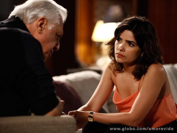 César mente para Aline para sair com Pilar (Foto: Amor à Vida/TV Globo)