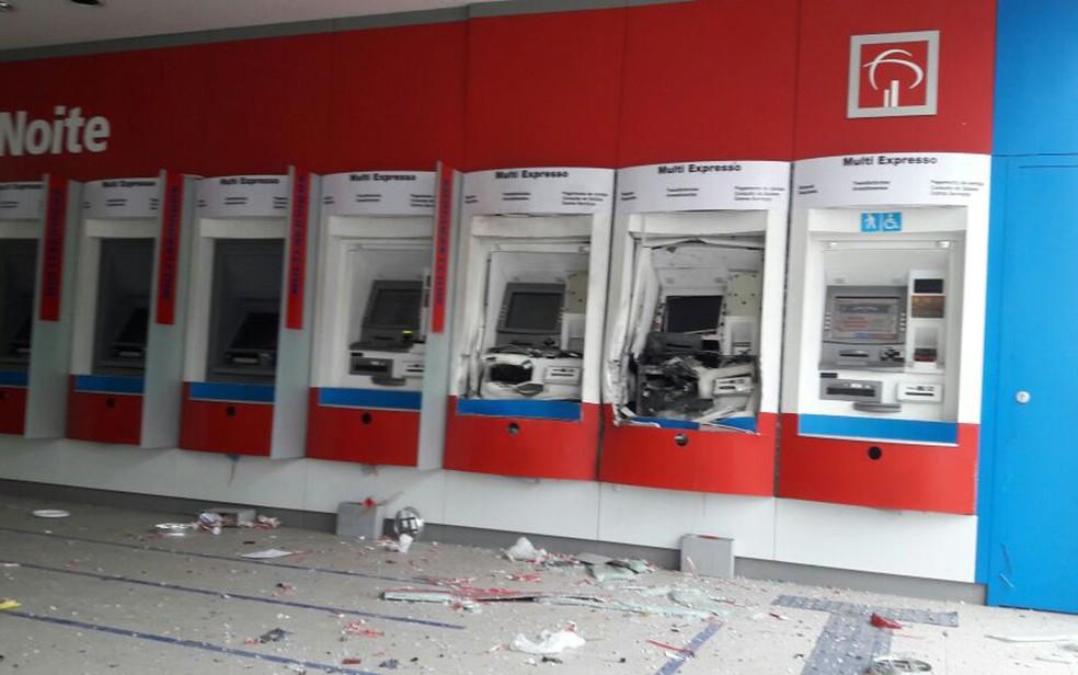 Caixas eletrônicos ficaram destruídos após explosão, em agência no Centro Administrativo  (Foto: Vanderson Nascimento)