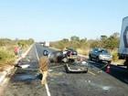 Batida entre carro e carreta deixa seis mortos em Grão Mogol, na BR-251