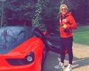 Vermelho é a cor da moda: Firmino põe Ferrari de R$ 910 mil para passear
