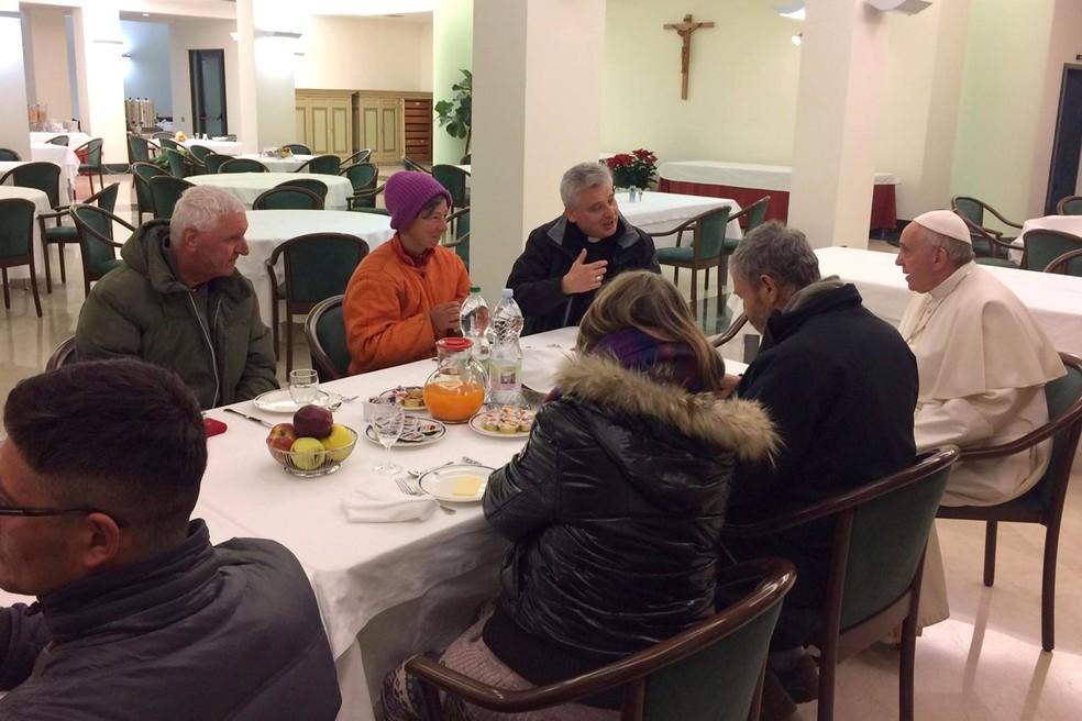 Papa conversou com cada um dos convidados sem-teto, sendo quatro italianos, dois romenos, um moldavo, dois romenos e um peruano (Foto: L'Osservatore Romano/AP)