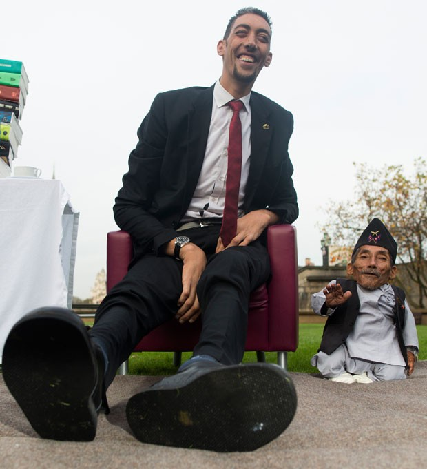 Turco Sultan Kosen, à esquerda, e Chandra Bahadur Dangi (Foto: Andrew Cowie/AFP)