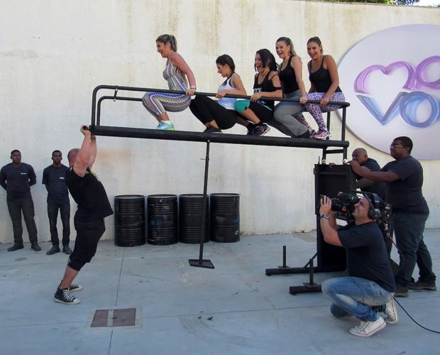Marco Ferrari levanta mais de 300 Kg com mulheres em escada (Foto: Carolina Berger/Gshow)