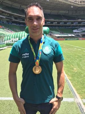 Fernando Prass recebe réplica da medalha olímpica (Foto  Yan Resende) 98d2299f7202a