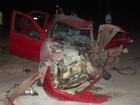 Batida entre veículos deixa 2 feridos; garrafa de bebida é achada em carro
