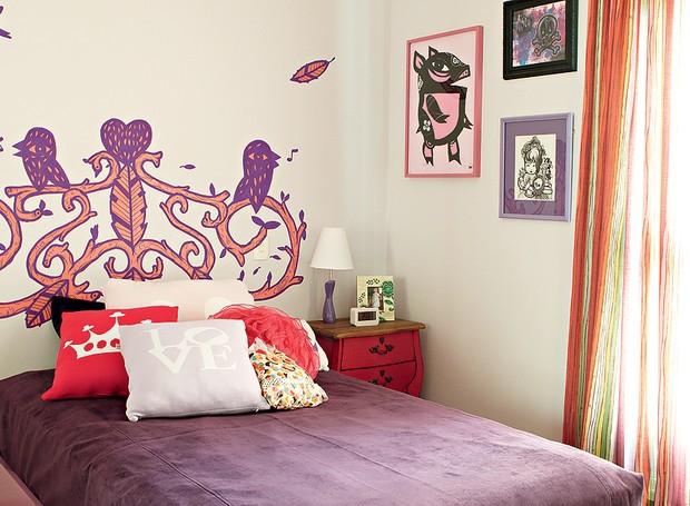 Para este apartamento, a arquiteta Bruna Riscali explorou grafites e desenhos. No quarto da filha da moradora não foi diferente: a profissional optou por usar uma arte de Bruno Dias como cabeceira (Foto: Victor Affaro)