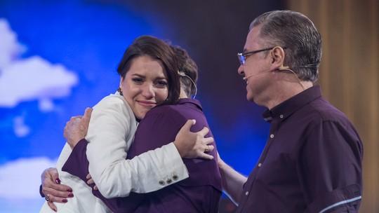 Nathalia Dill cai no choro com homenagem musical da família
