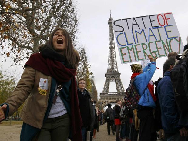 Ambientalistas formam corrente humana próximo à Torre Eiffel durante a COP 21