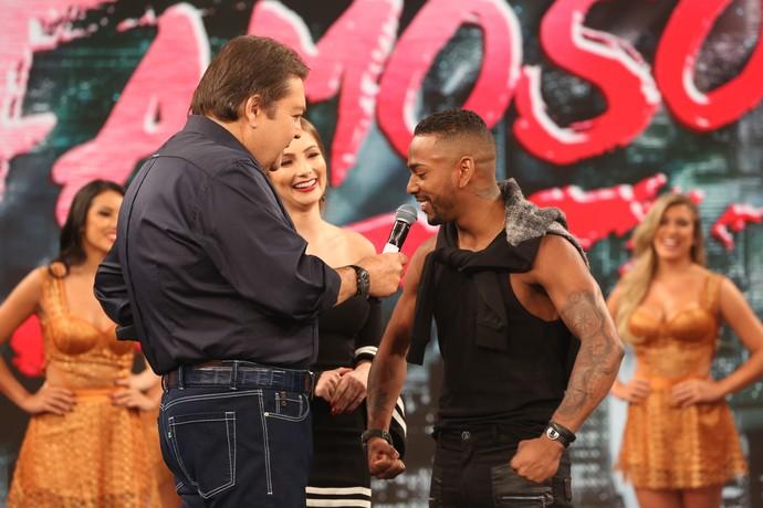Nego do Borel faz graça ao lado de Juju Fructuozo e Faustão (Foto: Carol Caminha/Gshow)