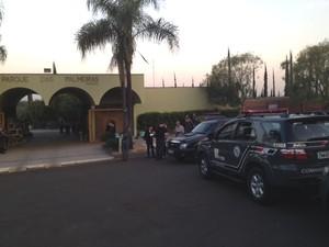 Cemitério onde os corpos da família de PMs foram enterrados (Foto: Rafael Castro/EPTV)