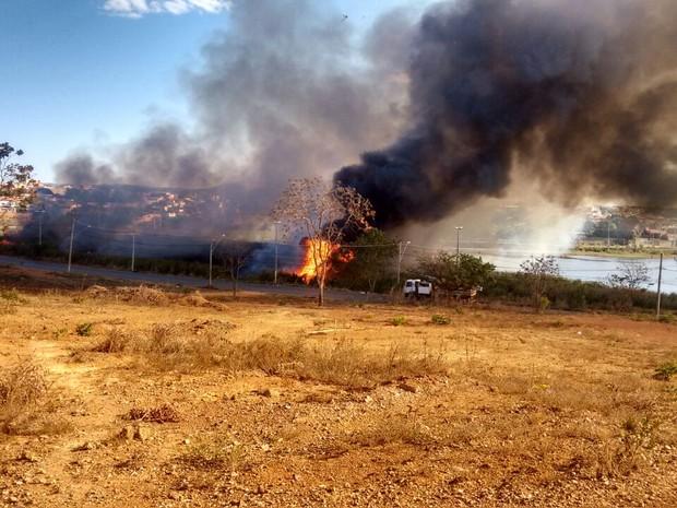 Fogo iniciou por volta das 16h, segundo moradores (Foto: Thiago Brant/Arquivo Pessoal)
