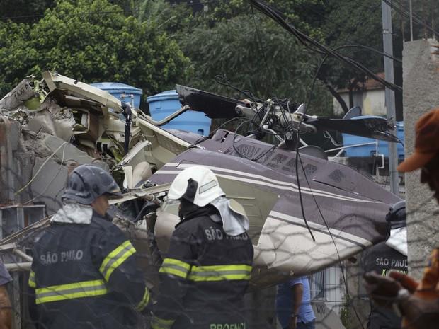Um helicóptero caiu em cima de uma casa na Rua Paulo Arentino, no Jaraguá, na Zona Norte de São Paulo, na tarde desta segunda-feira (21). Segundo o Corpo de Bombeiros, uma pessoa que estava na aeronave morreu e outras quatro ficaram feridas.  (Foto: Nelson Antoine/Fotoarena/Estadão Conteúdo)