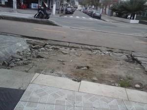 Calçada esburacada em Praia Grande, SP (Foto: Rosangela Maria dos Santos Campos/ VC no G1)