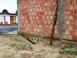 Pedaço de madeira pode ter sido usado nas agressões (Foto: Adneison Severiano/G1 AM)