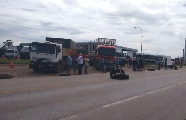 Grupo bloqueia passagem de caminhões na BR-040, em Cristalina, Goiás (Foto: Divulgação/PRF)