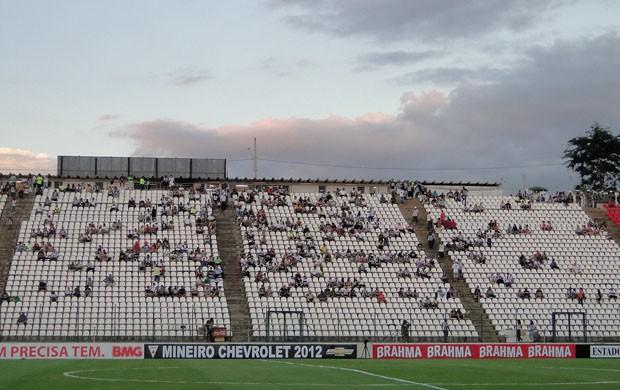 Torcida do Atlético-MG comparece em pequeno número (Foto: Fernando Martins Y Miguel / Globoesporte.com)