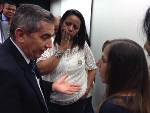 O ministro Gilberto Carvalho e a deputada Mara Gabrilli discutem ao final de audiência na Câmara (Foto: Juliana Braga/G1)