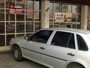 Cartazes anunciam lojas para alugar em Divinópolis (Foto: TV Integração/Reprodução)