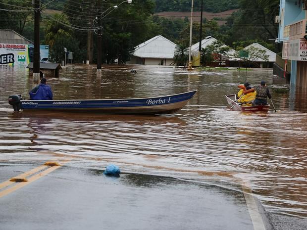 Vias de acesso centrais de Itapiranga, no Oeste, tem como meio de transporte o barco. (Foto: Agencia Aoê/VC no G1)