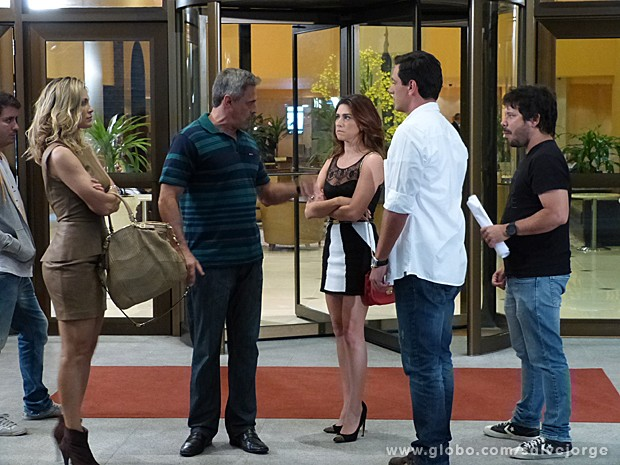 Oscar e Lombardi chegam para gravar com Flavia e Fernanda (Foto: Salve Jorge/TV Globo)