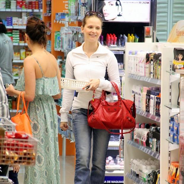 Fernanda Rodrigues e Fernanda Paes Leme no shopping (Foto: Marcus Pavão / AgNews)