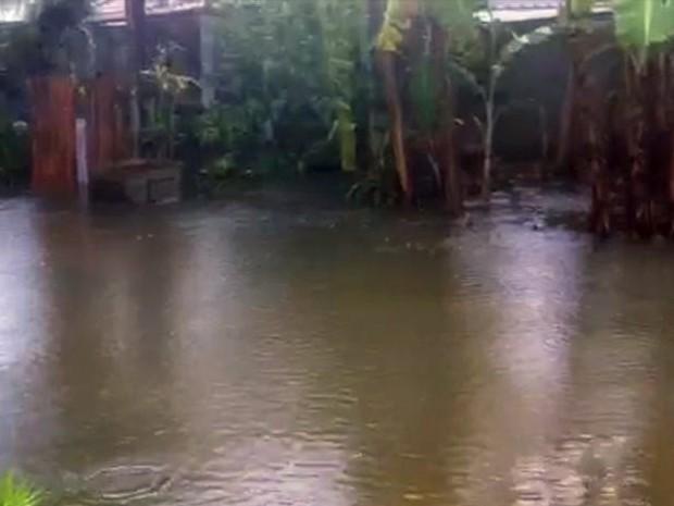 Chuva provoca transtornos em dois bairros de Ubatuba (Foto: Reprodução/TV Vanguarda)
