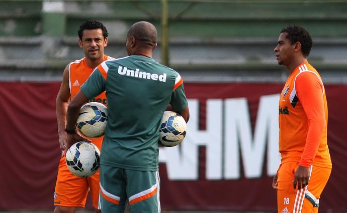 Cristóvão Borges conversa com Fred e Walter no treino desta quinta-feira (Foto: Nelson Perez/Fluminense)