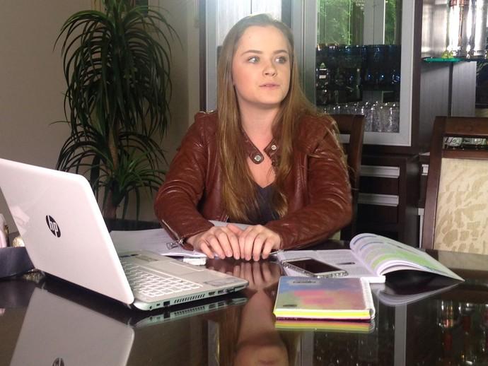Estudante fala sobre a combinação de estudos e uso da internet  (Foto: RBS TV/Divulgação )