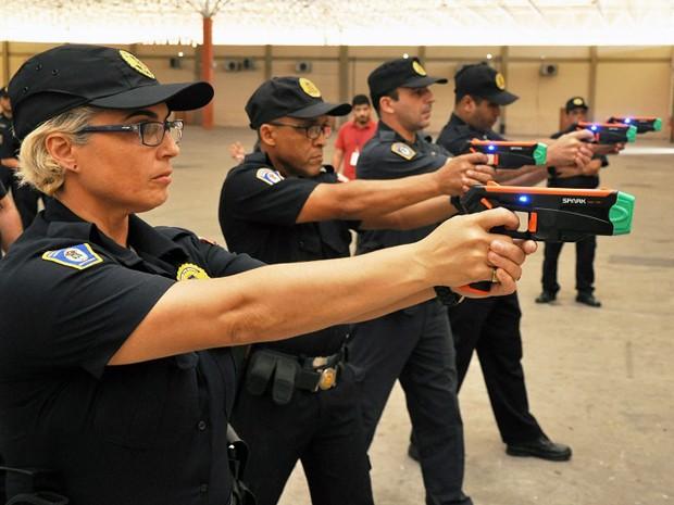 Guardas de São Vicente, SP, participam de treino com armas de choque (Foto: Divulgação/Prefeitura de São Vicente)