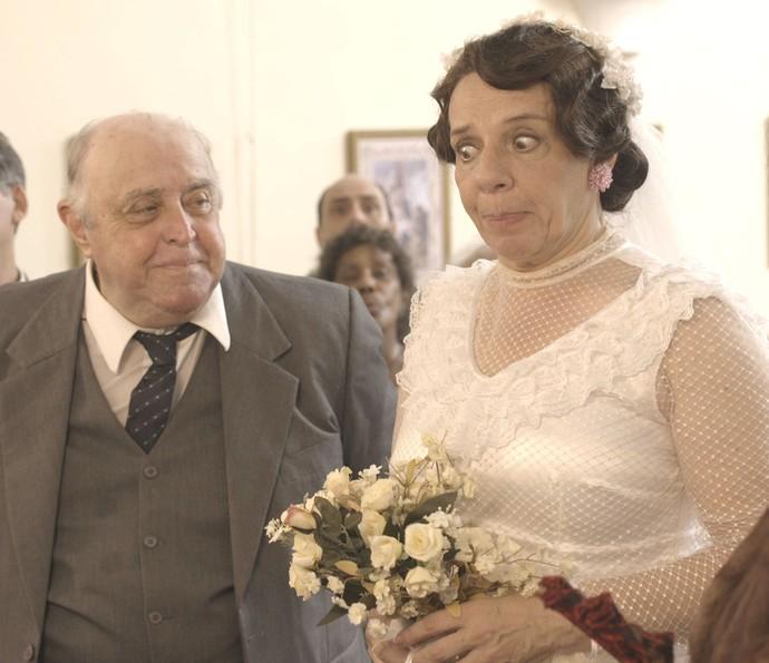 Mulher de Inácio interrompe o casório de Eponina (Foto: TV Globo)