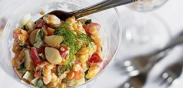 Mix de lentilhas libanesas, legumes e macadâmias ao molho de iogurte  (Foto: Rogério Voltan/ Editora Globo)