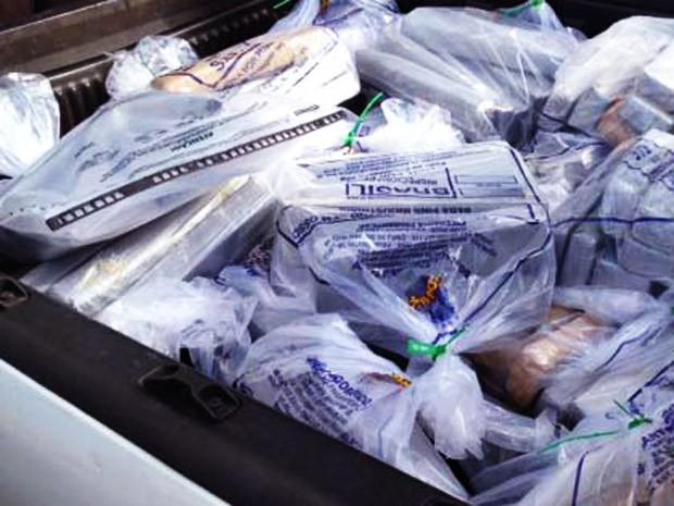 Material estava na lataria de três carros estacionados em posto de combustível (Foto: Polícia Civil/Cedida)
